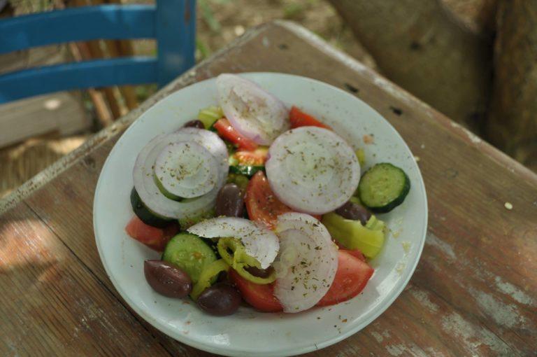 Salata choriatiki (σαλάτα χωριάτικη κλασική) - Traditioneller griechischer Bauernsalat