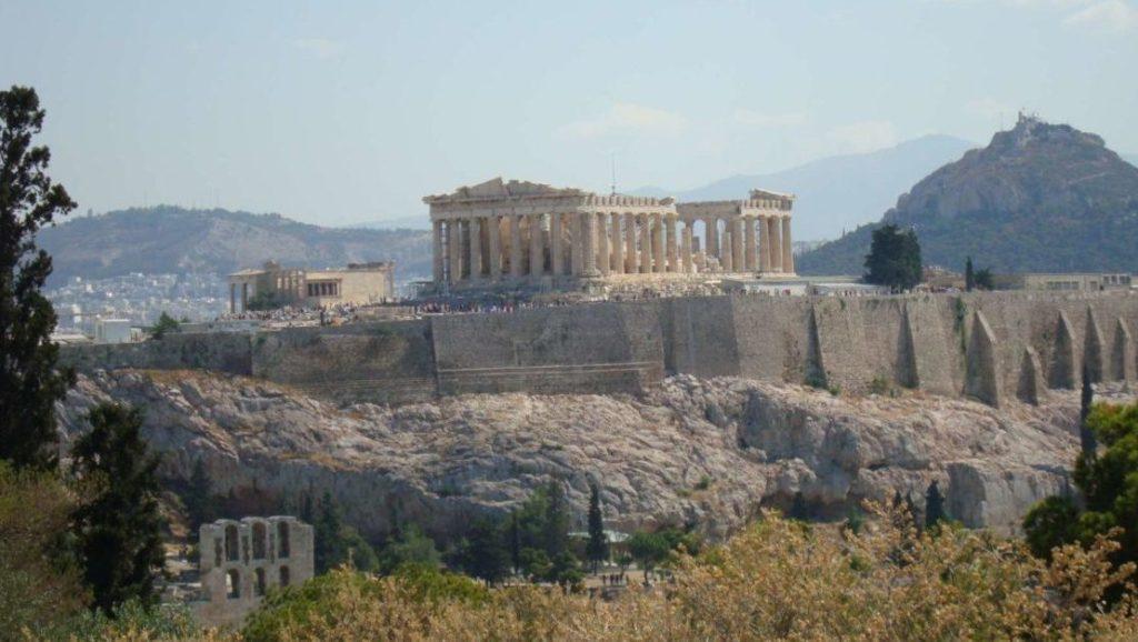 Wieso lebst du denn in Griechenland, in diesem korrupten Pleiteland?